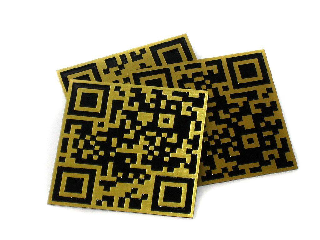 Plaquitas código QR en latón y grabados lacados en negro