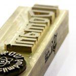 grabado CNC en placa laton